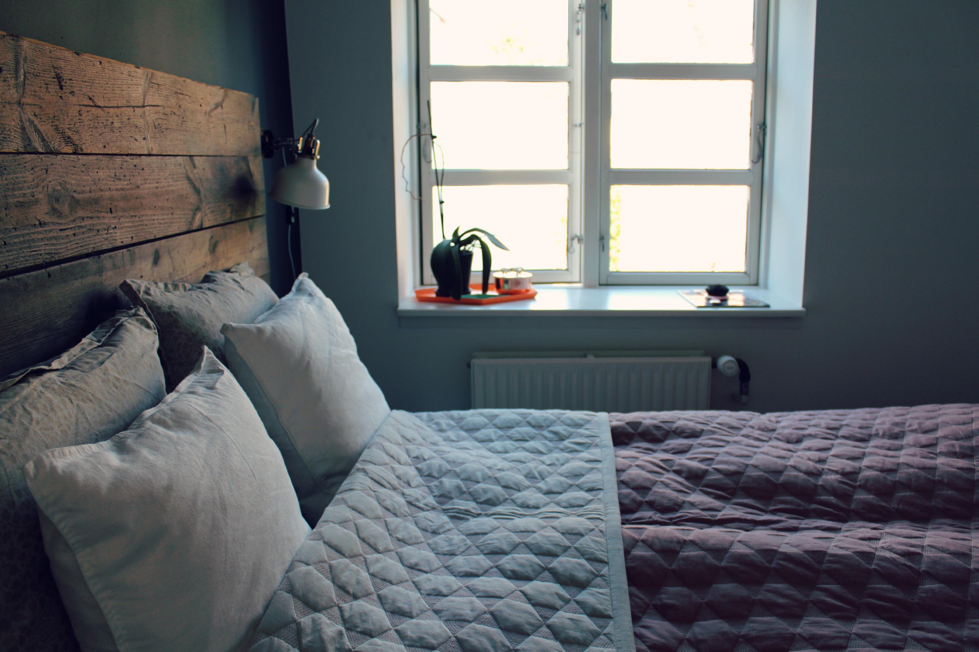 Bedroom, DIY headboard, headboard of wood, fjerlampe, georg jensen sengetøj, soveværelse, inspiration, sengegavl, DIY, hjemmelavet sengegavl,